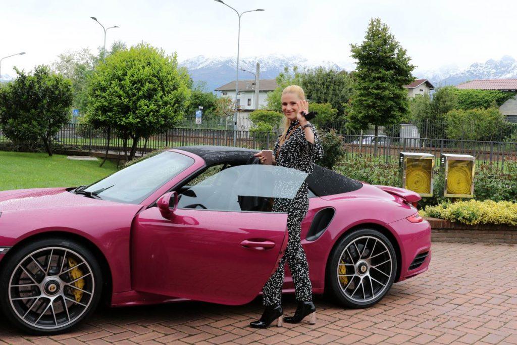 Michelle Hunziker Sulla Porsche E Tomaso Trussardi In Ferrari Sfida Fra Supercar Style Di Gossip